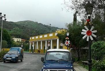 Original y creativa decoración navideña en Era de Mota realizada con materiales reciclados por los vecinos del barrio.