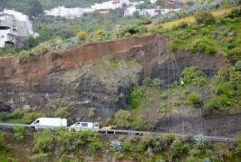 Operarios del Cabildo llevan a cabo los trabajos de mantenimiento de un talud en Valsequillo
