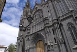 El Cabildo trabaja en la retirada de algunos elementos ornamentales de cantería de la Iglesia de San Juan Bautista de Arucas que presentan riesgo de desprendimiento