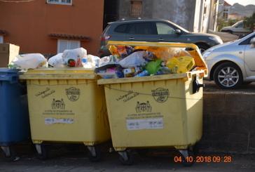 """""""El nuevo servicio de limpieza se estrena con más basura en las calles y un camión roto"""" Juan C. Atta (AV)"""
