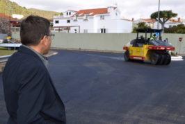 Valsequillo reasfalta la vía principal del barrio de La Cantera