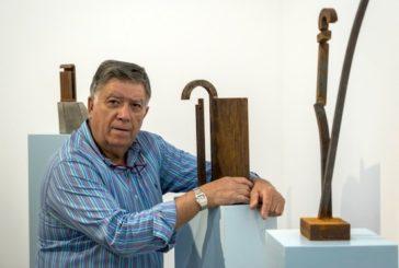 Máximo Riol ofrece una visita guiada a su muestra individual 'El dibujo del acero'