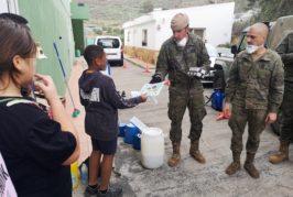 Los menores del Centro Jiribilla agradecen con dibujos y aplausos el trabajo de la Brigada Canarias