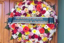 Valsequillo recuerda a sus difuntos colocando una corona en las puertas de los cementerios