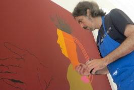 Augusto Vives pinta un gran mural en la Biblioteca Insular a partir de textos escritos por Ángel Sánchez, Carlos Álvarez y Santiago Gil