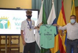 El jugador del Real Madrid, Pablo Rodríguez, entrega una camiseta firmada a su municipio de Valsequillo