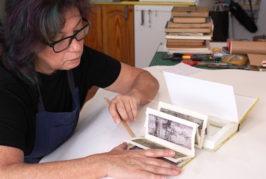 Paqui Martín imparte en la Casa-Museo Pérez Galdós el taller 'Libros leídos, libros vividos' para convertir libros deteriorados en obras de arte