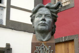 Una ofrenda floral y literaria en el busto de Tomás Morales en Moya rinde homenaje al poeta en el 137º aniversario de su nacimiento