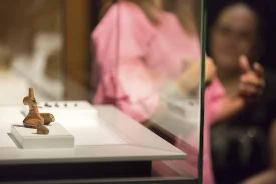 Cueva Pintada propone una visita 'Entre vitrinas' que cuenta con algunas piezas arqueológicas expuestas para la ocasión